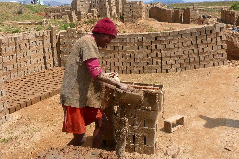 Vivre à Madagascar brique rouge