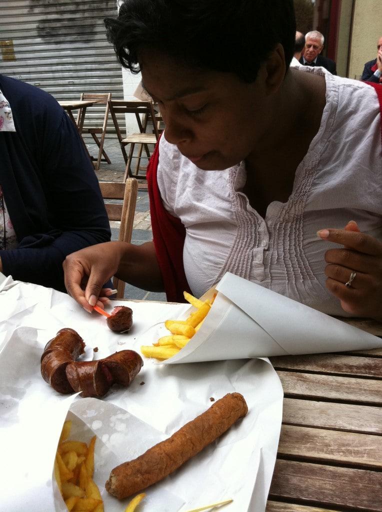 repas à Bruxelles : frites et fricadelle