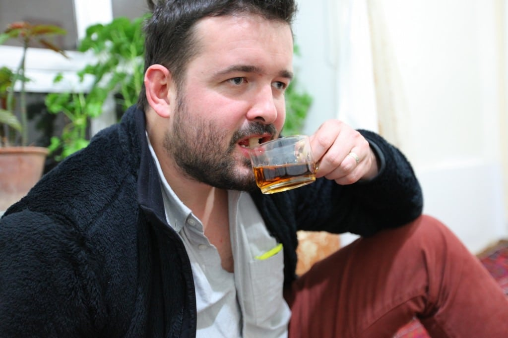 boire le thé en Iran : la famille de Tabriz nous fait montre comment le thé est bu