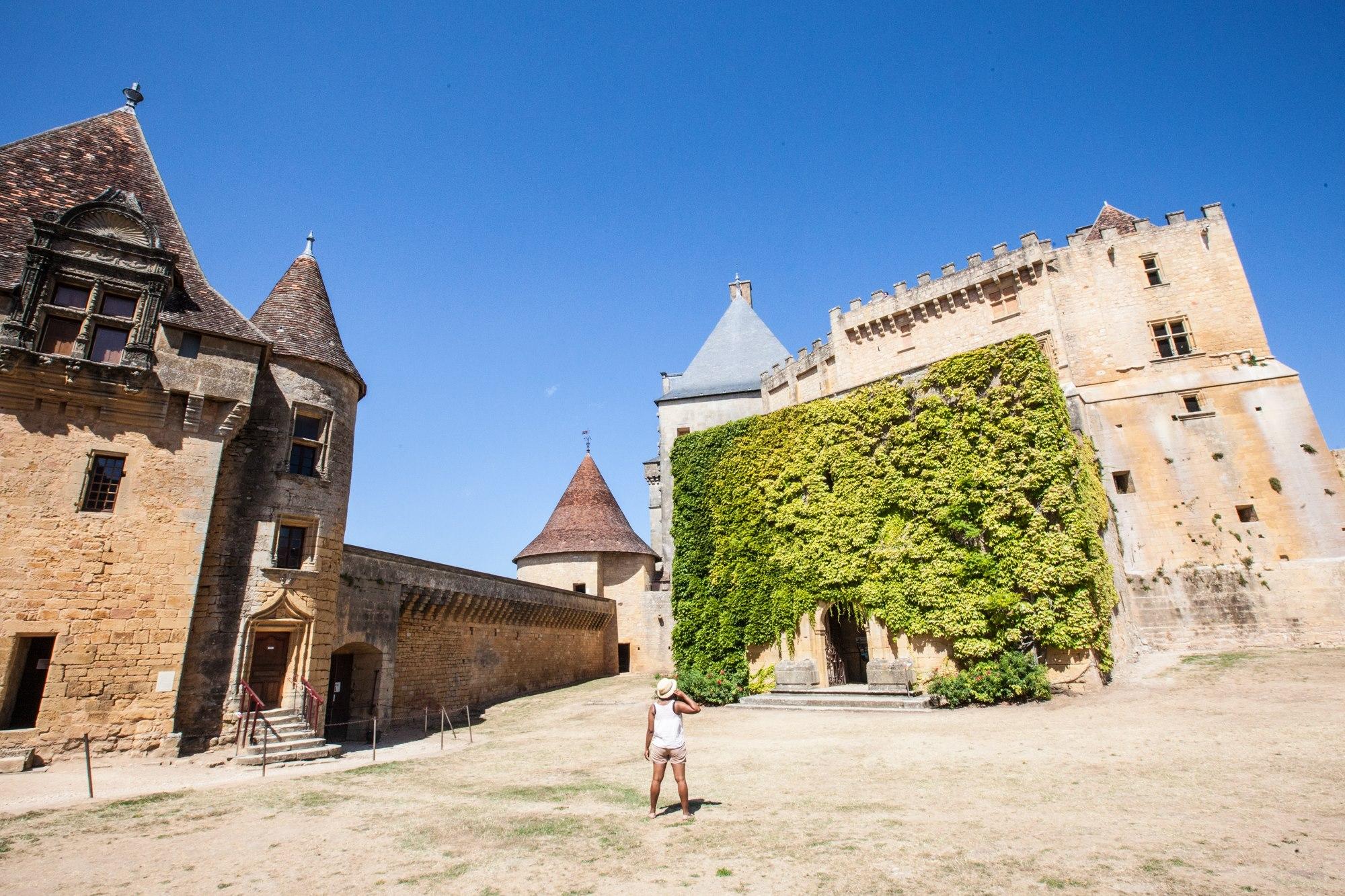 chateau de biron cour intérieure