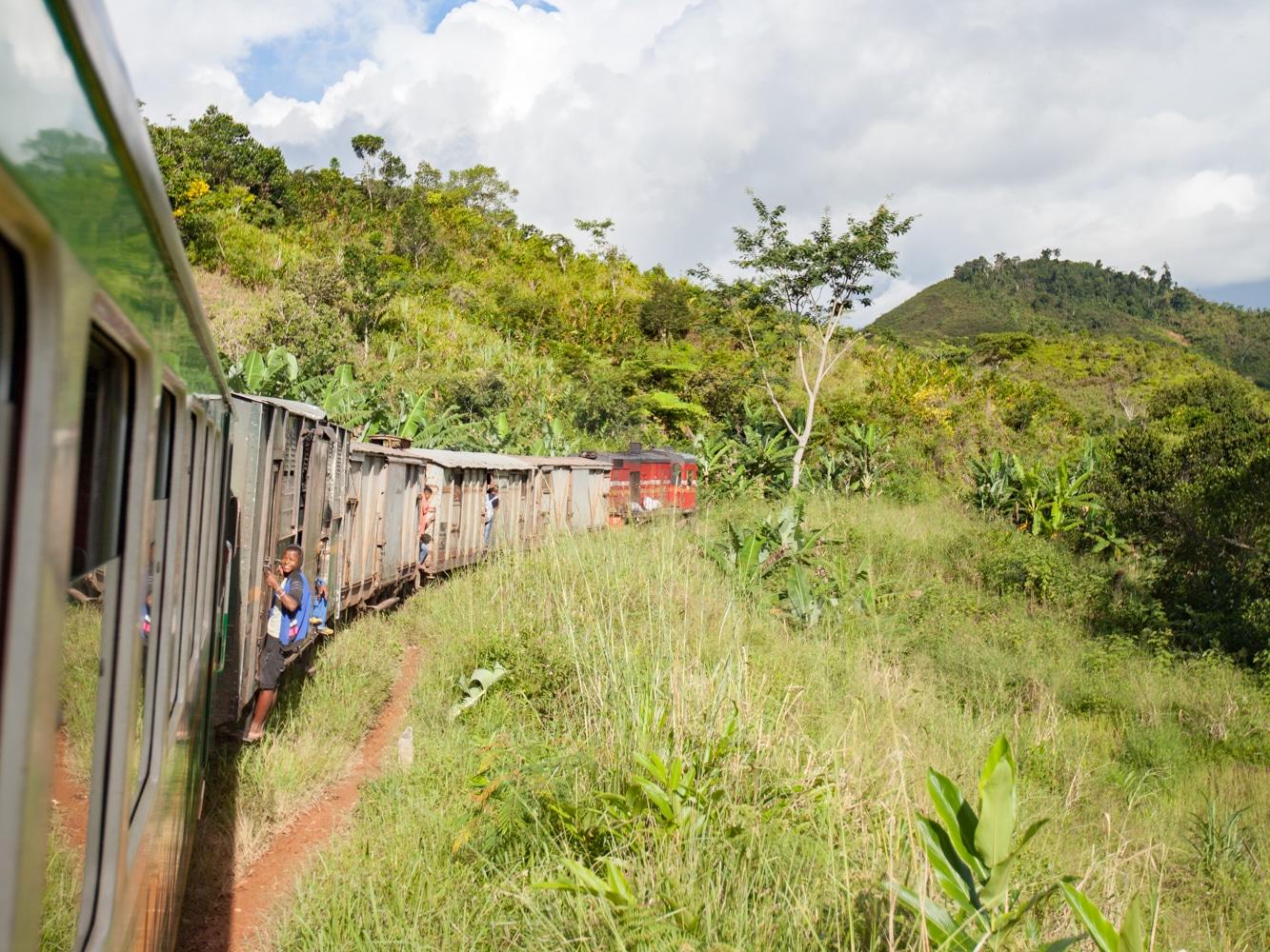 train Fianarantsoa-Manakara paysage falaise