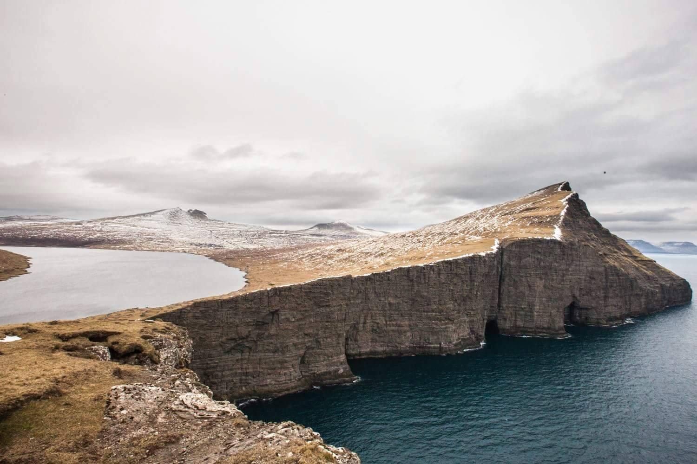 visiter les Îles Féroé lac Sørvágsvatn falaise