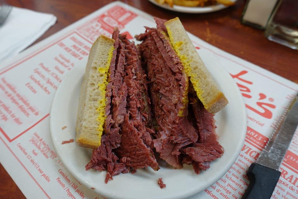 sandwich smoked meat Montréal
